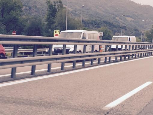 Camion contro barriere, chiusa autostrada Torino-Aosta
