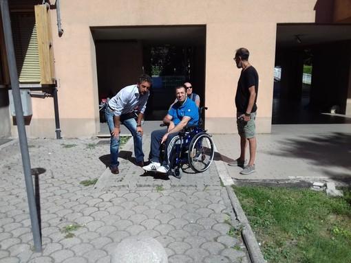 Marco Sorbara (a sn) in un momento di attività di volontariato con i disabili