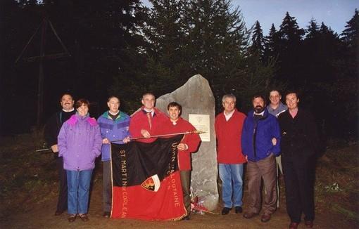 La storica foto di Alberto Follien testimonia l'appuntamento al Col de Joux del 1995 per celebrare il 50/mo anniversario di fondazione dell'Uv