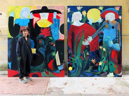 Alice Visentin con due sue opere (credit Artribune)