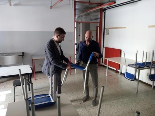 L'assessore Andrea Paron e Alessandro Sgura, responsabile Vivendi, osservano i nuovi arredamenti