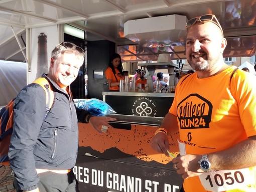 Carlo Marzi (ds), con il sindaco Fulvio Centoz, in una pausa di rifiatamento nel croso di una 24H di corsa-camminata a staffetta