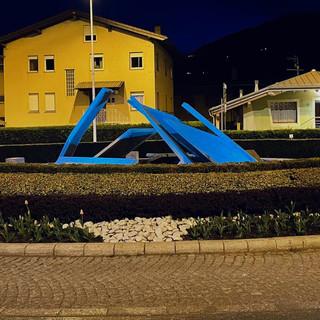 Charvensod: Il comune illumina di blu la rotonda in occasione dell Giornata autismo
