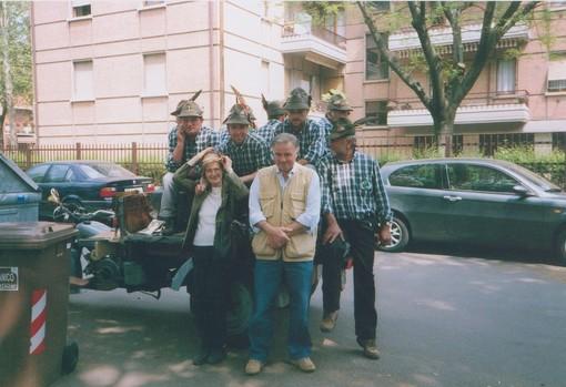 Mirella e Pietro durante l'adunata degli Alpini a Parma, con gli Alpini della Crocera di Barge (Cuneo)