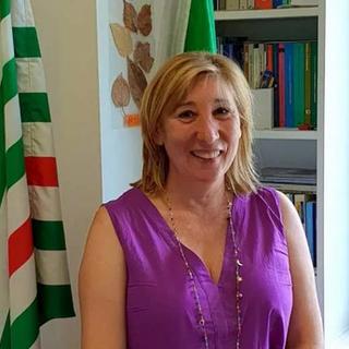 Alessia Démé con alle spalle la bandiera della Cisl in occasione del suo ingresso nella Confederazione Italiana Lavoratori Italiani VdA