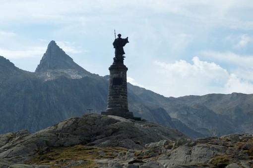 Statu al colle del Gran San Bernardo; nelkl'articolo una raffugurazione del santo e il colle del Piccolo san Bernardo