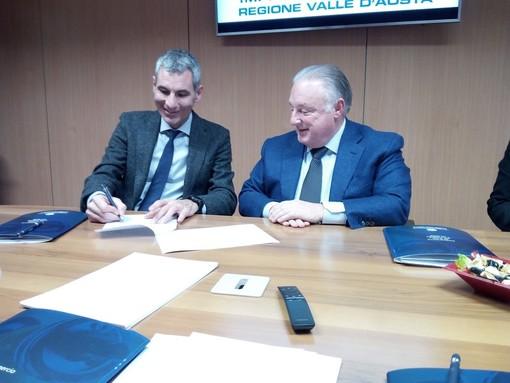 Enrico De Girolamo firma la convenzione, a sn. GRaziano Dominidiato