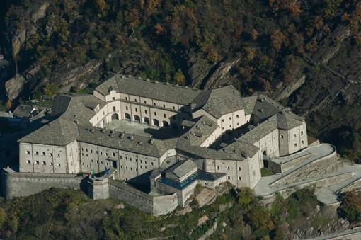 Il Forte di Bard ed un'immagine di Dante Alighieri