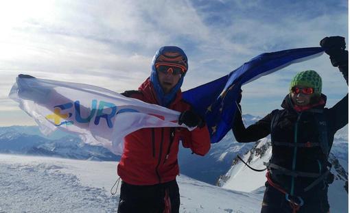 Sul Monte Bianco sventola la bandiera dell'Europa