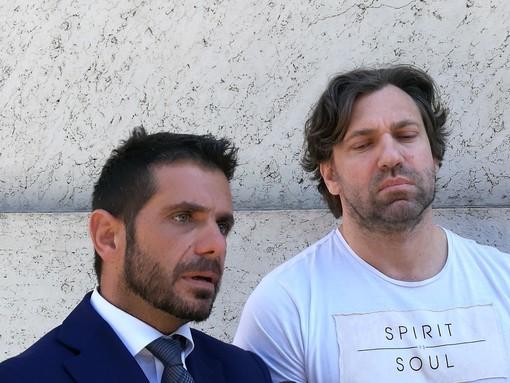 Simone Mattioli (a dx) insieme al suo legale all'ingresso del Palazzo di Giustizia di Aosta