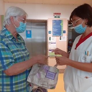 La volontaria Maria Boniface dona le borsine alla caposala Deborah Ferrari