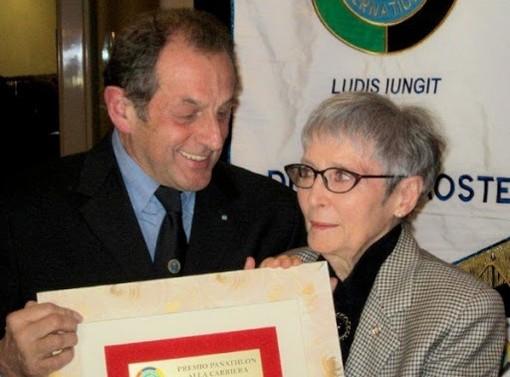 Giuliana Minuzzo premiata da Carlo Gobbo, pres. Panathlon