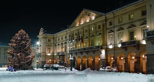 Foto di repertorio del Comune, dallo scorso anno in piazza Chanoux viene realizzato dalla Chambre un albero di Natale tecnologicocon una scala a chiocciola alta 9 metri consente di ammirare la piazza principale della città