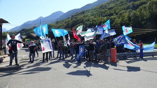 Sindacalisti dell'Osapp protestano all'ingresso del carcere di Brissogne nel settembre del 2017
