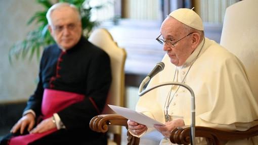 """PAPA: dal cielo i santi continuano sempre """"a darci una mano"""""""