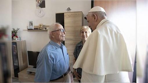 Papa Francesco e due anziani