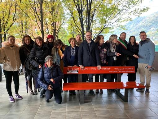 Pont Saint Martin: Una panchina rossa per combattere la violenza sulle donne (FOTO GALLERIA)