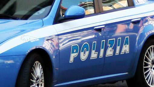 Scappano a bordo di un'auto rubata, inseguiti e bloccati dalla polizia