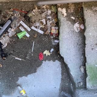 Aosta: Siringhe usate e immondizie in uno spazio di accesso della scuola San Francesco