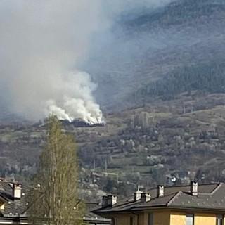 Un recente abbruciamento agricolo sulla collina di Aosta, da molti scambiato, a buon titolo, per un incendio