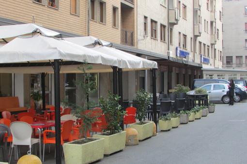 Valle arancione ma dehors di bar e ristoranti aperti dal mattino alle 18