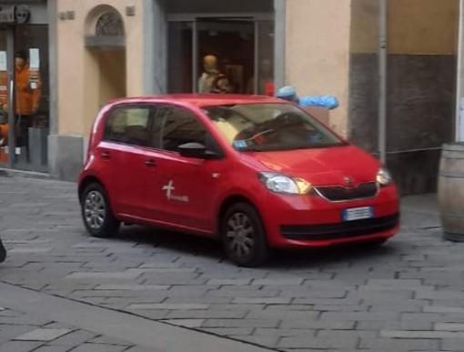 Una vettura Usca in centro ad Aosta