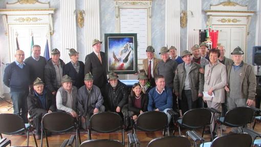 Gli Alpini dell'Ana VdA insieme ai vertici dell'Amministrazione comunale aostana durante un'iniziativa di solidarietà