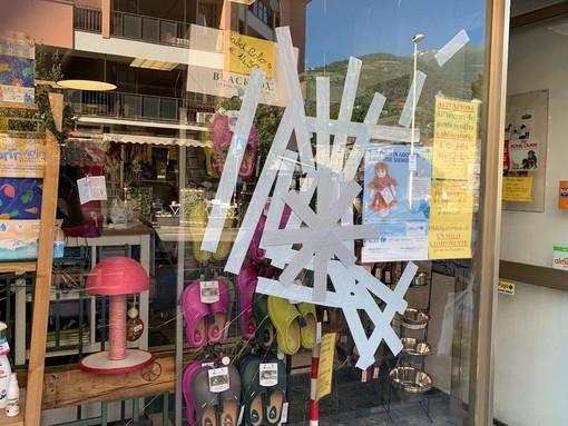 La vetrina del negozio di animali danneggiata dai vandali