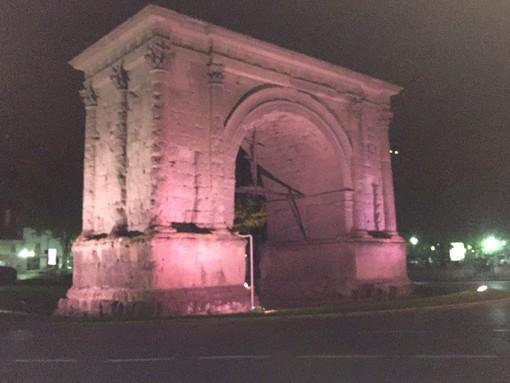 L'Arco d'Augusto illuminato di rosa