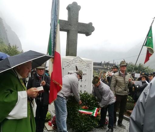 Il Gruppo Alpini di Quart ha reso onore ai caduti di Ville sur Nus e del Villair