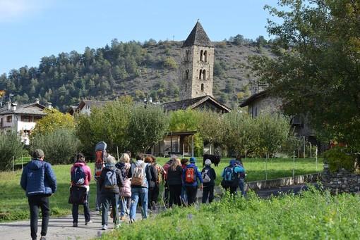 Paolo Rey per RAVDA - Un gruppo di visitatori lungo un tratto del Cammino Balteo