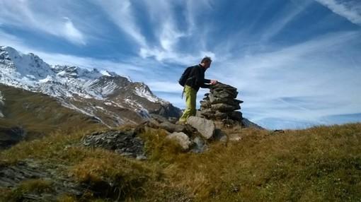 Piergiorgio Barrel lungo un sentiero di montagna nel 2019