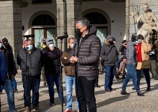 Luigi Bertschy interviene alla manifestazione del monto della Montagna in piazza Chanoux