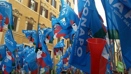 Bandiere del sindacato Conapo durante una manifestazione