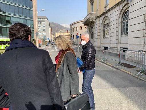 L'avvocato e Vicepresidente del Senato, Anna Rossomando esce dal Tribunale di Aosta insieme al suo assistito, Fabio Chiavazza
