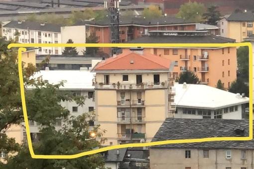 Il tetto bianco che si fa largo tra i palazzi di via Brocherel e corso Ivrea rende le dimensioni della vasta struttura