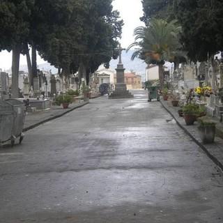 Aosta: 'Cimitero al buio, le tombe dei nostri cari off limits dopo le 16,30'