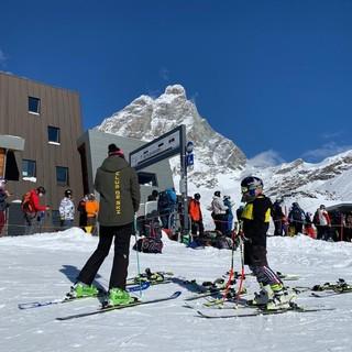 Sciatori oggi sulle piste del Breuil (immagine dalla pagina Fb Cervinia Valtournenche - Ski Paradise)
