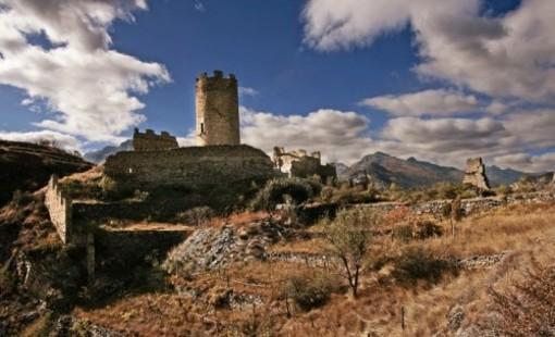 Biens culturels: chateau Chatel Argent éclairé la nuit