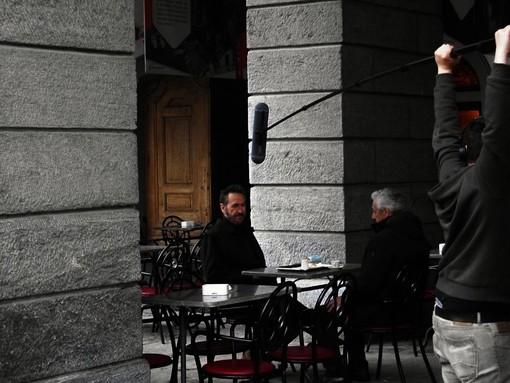 Rocco Schiavone ai tavilini del Caffé Nazionale