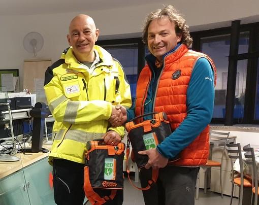 Da sn Luca Cavoretto e Davide Bochet con uno dei defibrillatori donati al 118