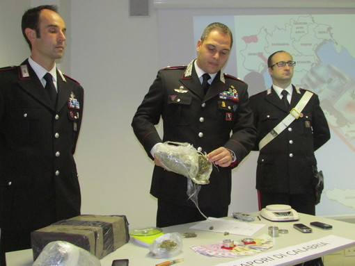 Novembre 2013:  i carabinieri di Aosta (al centro il tenente colonnello Samuele Sighinolfi) mostrano lo stupefacente sequestrato nell'ambito dell'operazione 'Sapori di Calabria'