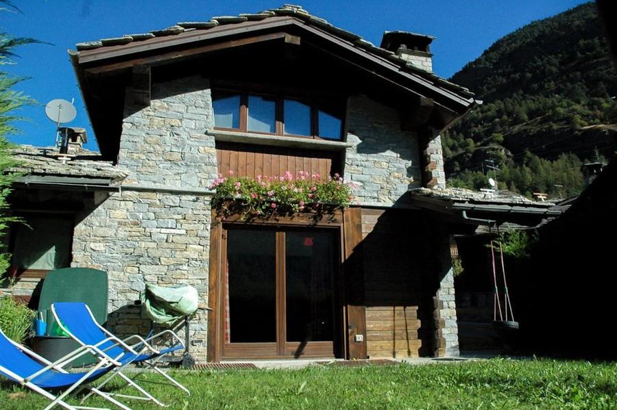 CASA SUBITO IN VALLE D'AOSTA: Villa indipendente a La ...