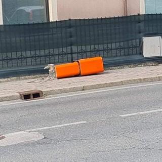 Uno dei dissuasori stradali abbattuti dai vandali