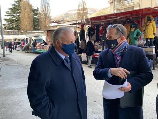 Graziano Dominidiato e Adriano Valieri durante la visita al mercato di Aosta martedì scorso