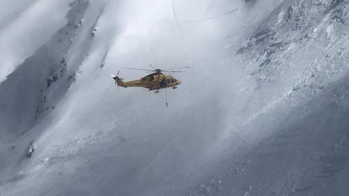 Un secouriste et un jeune emportés dans deux avalanches mortelles
