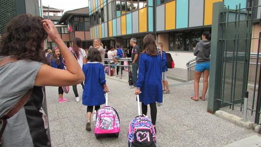 Alunni all'ingresso della scuola Einaudi