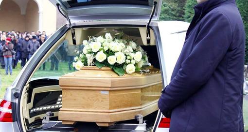 Costo medio del funerale 3.180 euro e c'è chi deve chiedere prestito