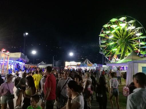 Folla tra i giochi e gli stand della Festa (cliccare sull'immagine per avviare la minigallery)
