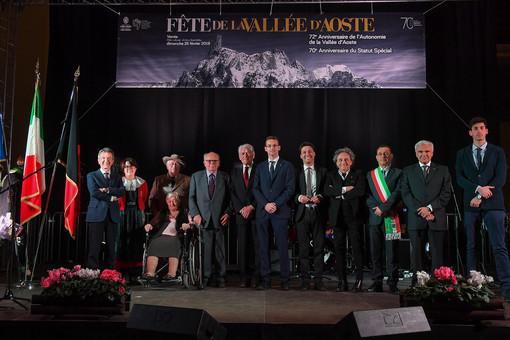 Foto di gruppo per insigniti e autorità (foto Giorgio Neyroz)